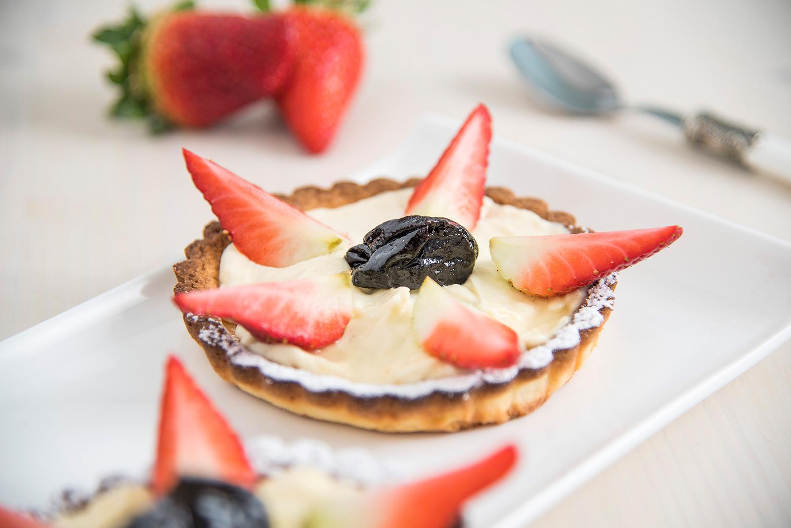 Ricetta Crostatina con cremino alla vaniglia, fragole e prugne Senza Glutine