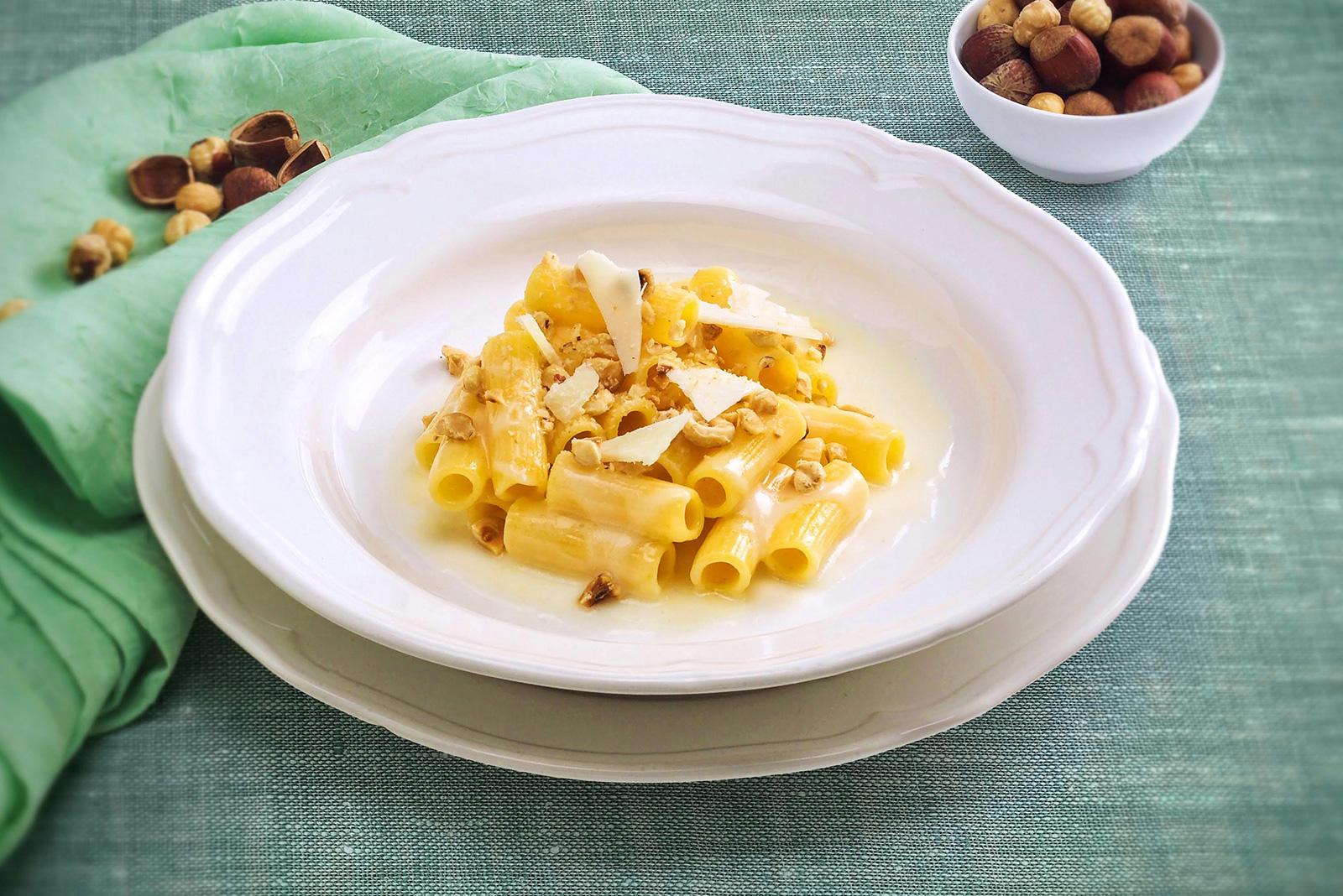 Ricetta Pasta Maccheroni con Crema di Castelmagno e Nocciole Pasta di Venezia