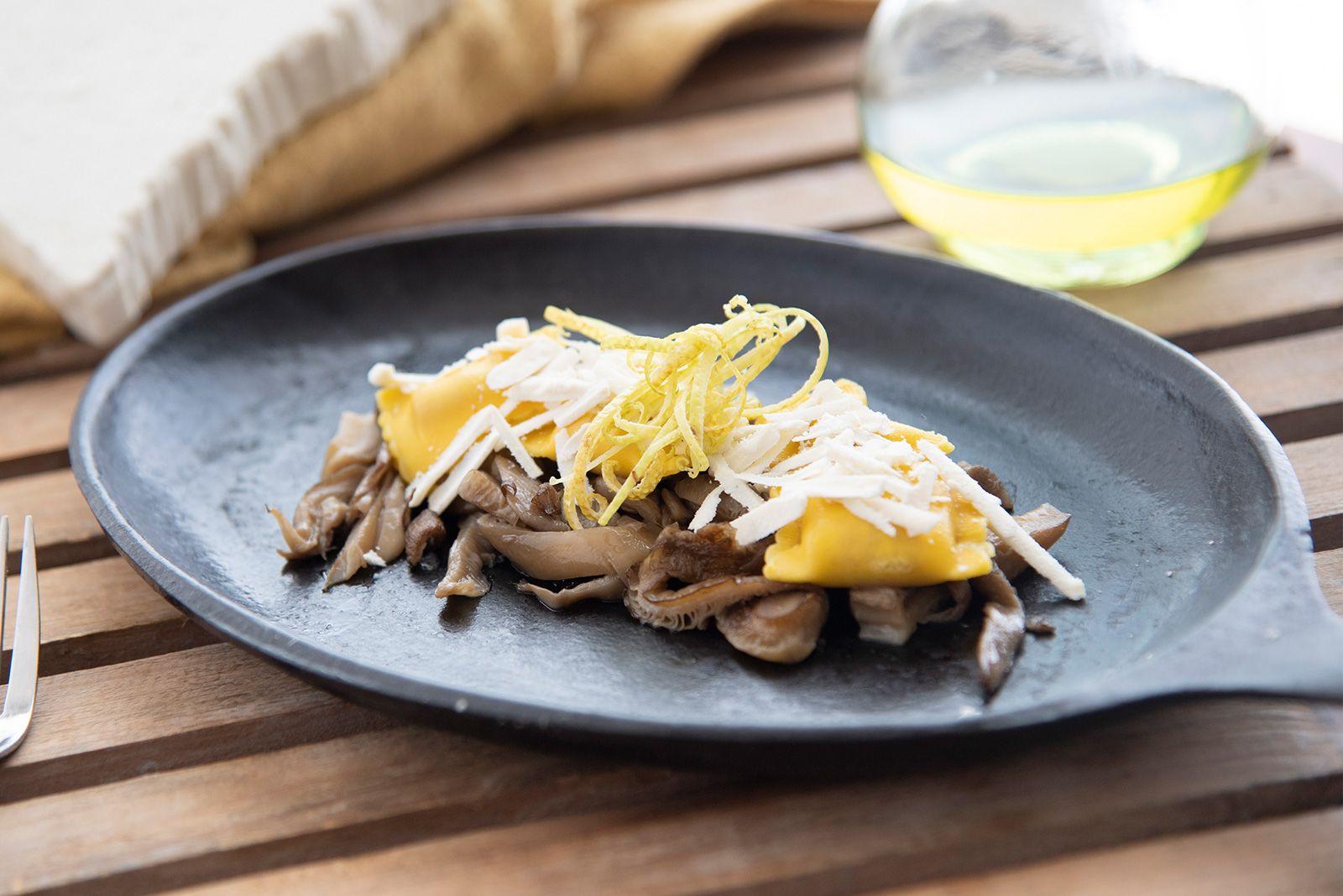 Ricetta Bustini allo speck e provola con funghi plerotus spadellati, limone grattugiato e scagliette di ricotta salata