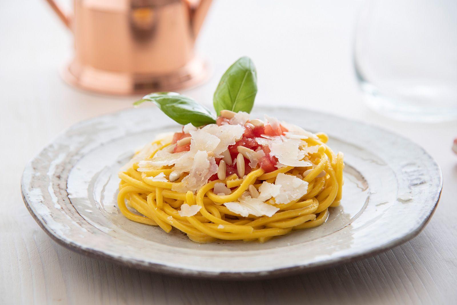 Ricetta Spaghetti alla chitarra con dadolata di pomodoro san marzano, basilico fresco, pinoli e pecorino romano a scaglie