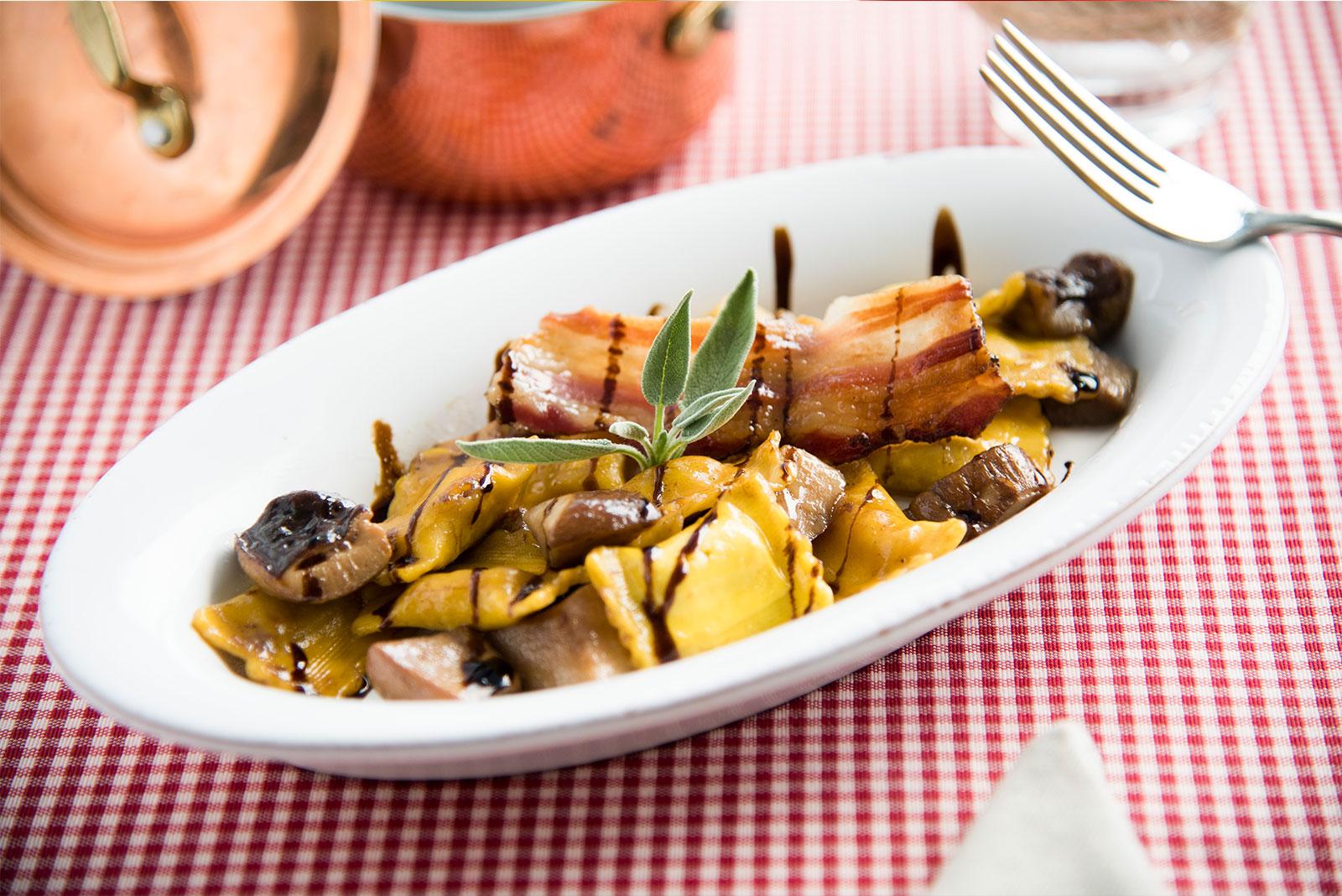 Bustini al Brasato con Salsa di Funghi porcini, Pancetta Tostata e glassa di aceto balsamico - Pasta di Venezia
