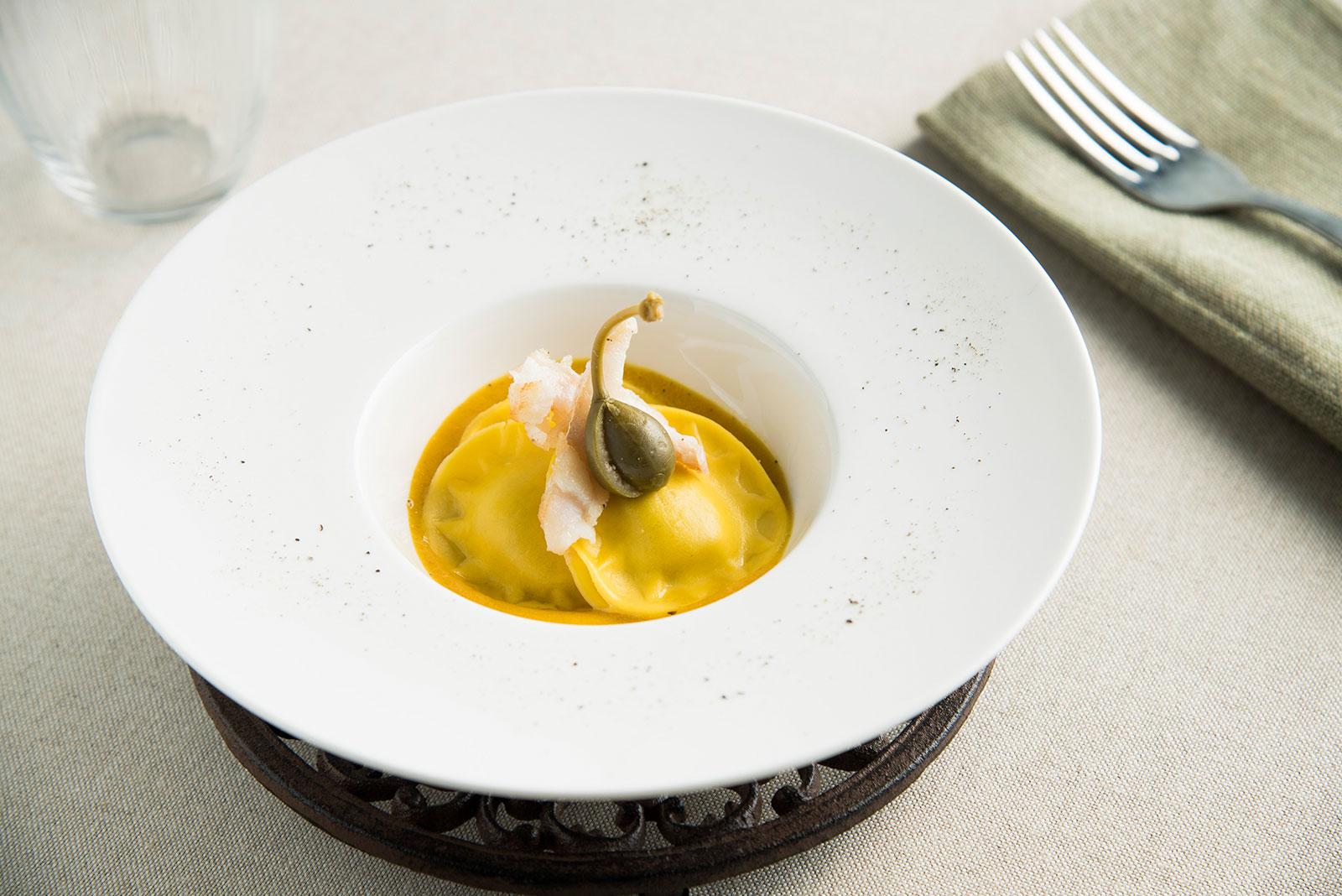 Panciotti Senza Glutine alle verdure grigliate con coulis di peperoni gialli, filetto di branzino e capperi in fiore - Pasta di Venezia