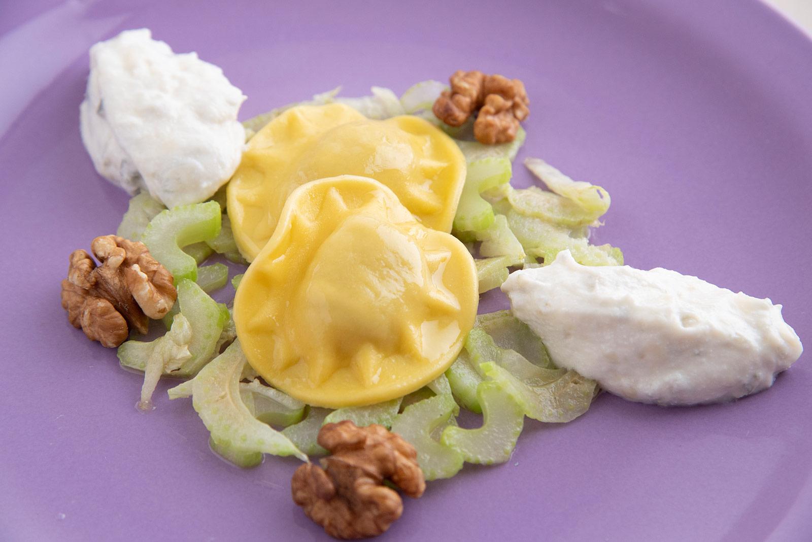 Ricetta Panciotti con robiola e tartufo con carpaccio di sedano stufato, quenelle di ricotta e gorgonzola e gherigli di noci - Pasta di Venezia