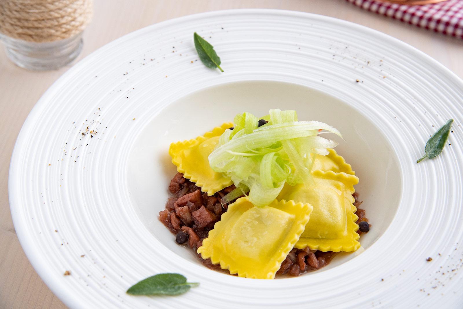 Ricetta Ravioli alla zucca con ragù stufato di coniglio al vino rosso, sedano croccante e ginepro - Pasta di Venezia