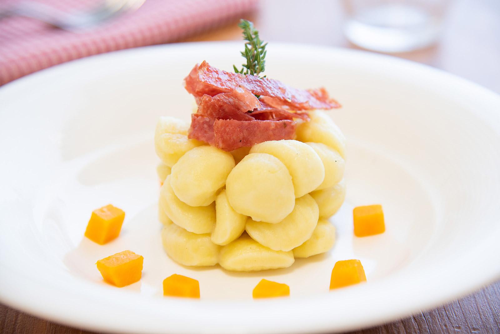 Ricetta Gnocchetti di patate con crema di burro, salame croccante e zucca - Pasta di Venezia