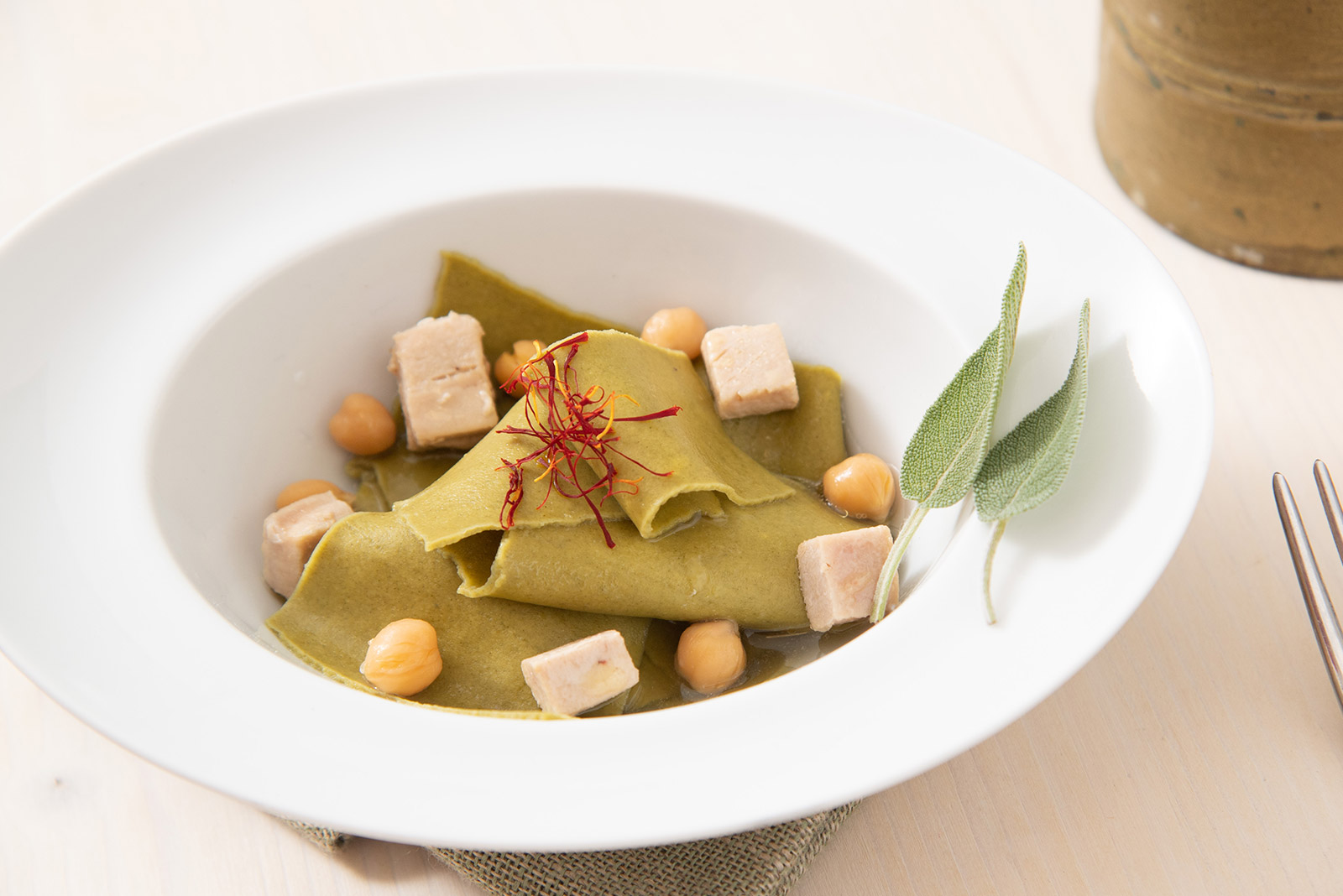 Ricetta Maltagliati verdi con zuppetta di ceci e tonno scatto allo zafferano - Pasta di Venezia