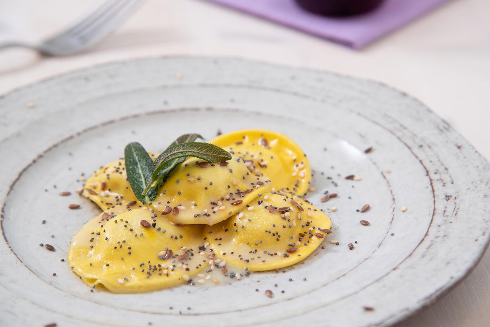 Ricetta Panciotti al tartufo con crema di burro di semi misti e salvia fritta - Pasta di Venezia